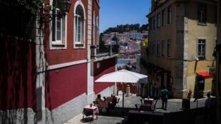 Des-personnes-en-terrasse-a-Lisbonne-Portugal-le-23-juin-2020-369674