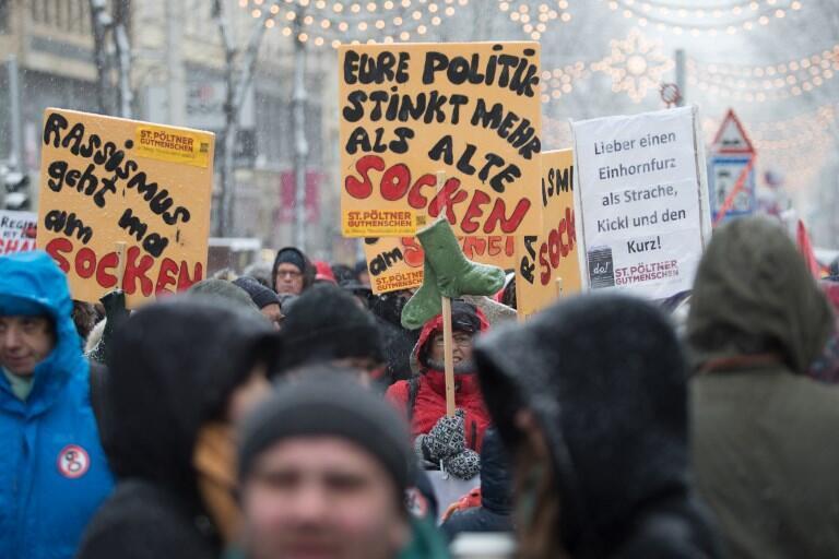 """Trong đoàn biểu tình ngày 15/12/2018 tại Vienna, chống liên minh hữu-cực hữu cầm quyền tại Áo có khẩu hiệu: """"Đường lối của các người còn thối hơn cả bí tất cũ""""."""