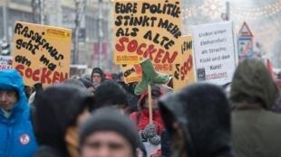 «Votre politique pue plus que de vieilles chaussettes» peut-on lire sur un panneau au sein de la manifestation à Vienne, ce samedi 15 décembre 2019.