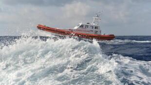 Un navire des garde-côtes italiens qui patrouillent en Méditerranée.