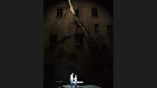 """Сцена из спектакля """"Мастер и Маргарита"""" в постановке С,МакБерни, Авиньон 2012"""