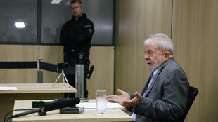 L'ex-président brésilien Luiz Inacio Lula da Silva lors de sa première interview depuis son incarcération, au siège de la police fédérale à Curitiba, le 26 avril 2019.