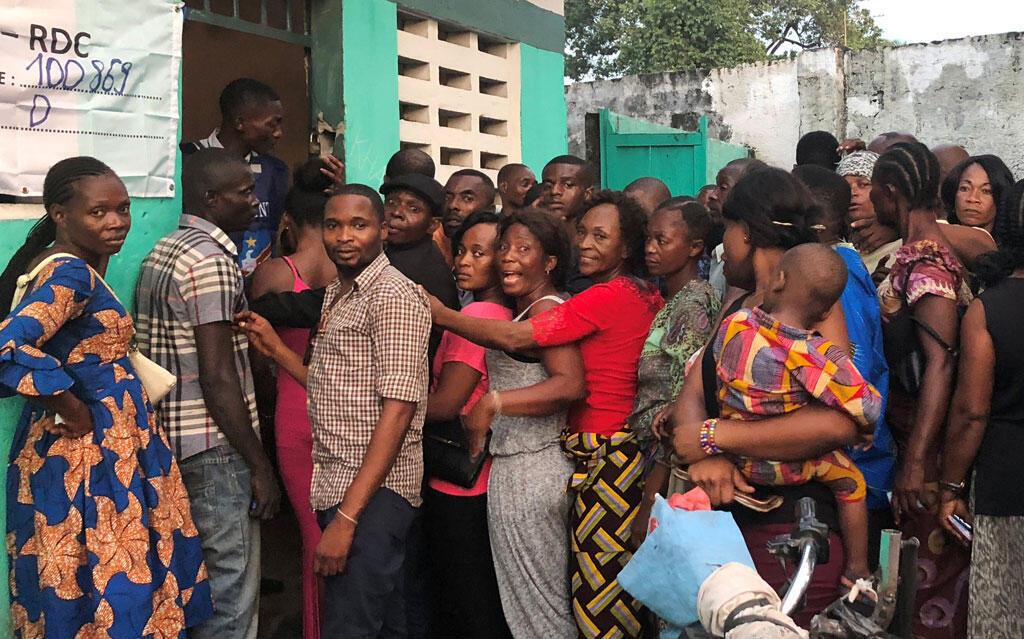 Electores en un centro de votación en Kinshasa, 30 de diciembre de 2018.