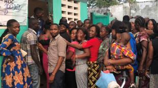 Des électeurs se bousculent pour faire la queue dans un centre de vote lors de l'élection présidentielle à Kinshasa, en République démocratique du Congo, le 30 décembre 2018.
