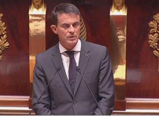 O primeiro-ministro francês, Manuel Valls, defende operações aéreas contra o grupo Estado Islâmico durante sessão no Parlamento.