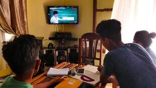 Révisions studieuses devant la télévision, pour Princy et Hosea. Les deux frères profitent du programme TVMBosy pour revoir les leçons qui pourraient bien tomber aux examens du BEPC et du CEPE.