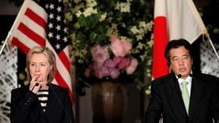 美国国务卿希拉里-克林顿与日本外相冈田克也在东京举行联合记者会2010年5月21日。
