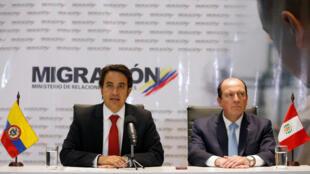 Christian Krüger, directeur du service colombien des migrations (à gauche) et Eduardo Sevilla, haut responsable chargé des migrations au Pérou, lors d'une conférence de presse à Bogota, le 28 août 2018.