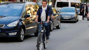 Президент Франции Эмманюэль Макрон часто передвигается на велосипеде, когда отдыхает в семейном доме в Ле-Туке