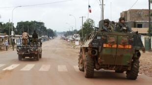 Un blindé français croise un pick-up d'ex-rebelles Séléka.