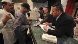 Le personnel de l'hôtel Dama Rose à Damas vote. Il n'y a pas de liste électorale, les électeurs peuvent se rendre dans n'importe quel bureau de vote.