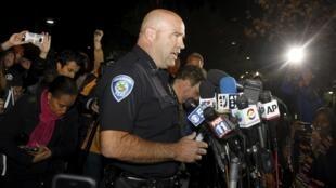 Ông Jarrod Burguanle, chỉ huy cảnh sát San Bernardino phát biểu với báo chí về diễn tiến của vụ xả súng - REUTERS /Alex Gallardo