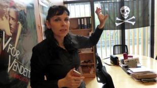 Birgitta Jonsdottir, líder do Partido Pirata islândês, em sua sala no parlamento em Reykjavik