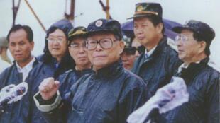 1998年长江发生自1954年以来的又一次全流域性大洪水,图为中共前总书记江泽民冒雨视察九江城防堤堵口处。