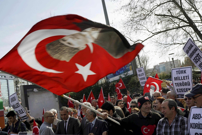 Манифестация в знак протеста против теракта, совершенного в среду, 17 февраля, в центре Анкары, 18 февраля 2016.