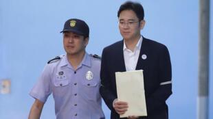 Lee Jae-yong quittant le tribunal le 25 août 2017 à Séoul.