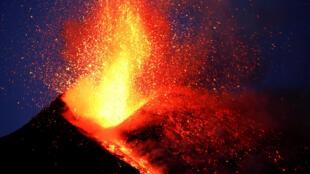 El Etna vuelve a despertar la preocupación de las autoridades italianas.