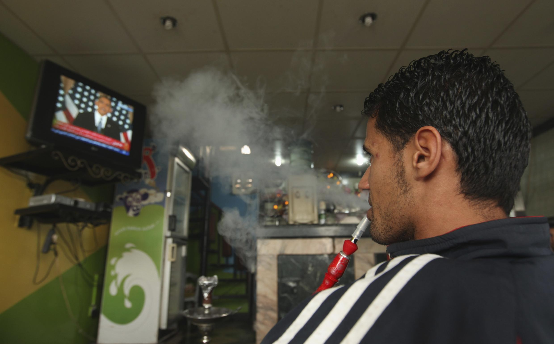 En Benghasi, un hombre escucha el discurso de Obama.