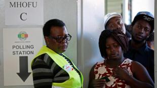 Opération de vote à Harare, lors des élections générales au Zimbabwe, le 30 juillet 2018.
