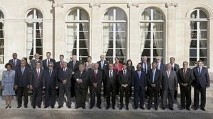 French President Hollande is surrounded by participants of a France-Oceania summit ahead of the Climate Change conference, Paris, 26 November 2015.