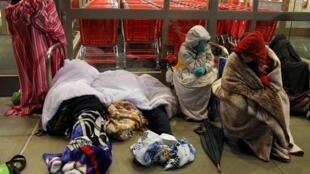 """Покупатели ждут открытия магазина  """"Target store""""  в городе Лейнсборо в штате Массачусетс на северо-востоке США"""