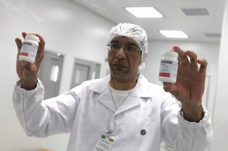 Un technicien de l'usine mozambicaine SMM, la 1ère usine publique de médicaments anti-sida, montre lesboîtes de Nevirapine qui seront produites localement, le 21 juillet 2012.