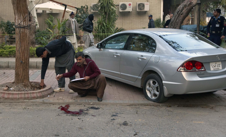 Policiais investigam o local do assassinato do governador da Província de Punjab, no Paquistão.