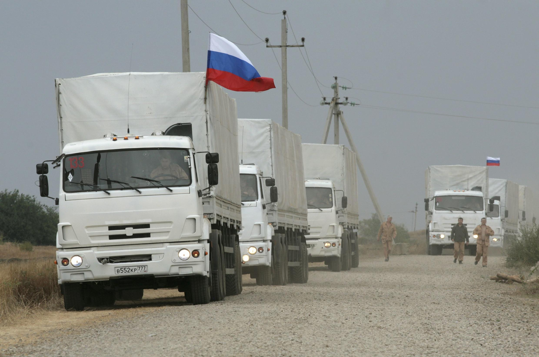 Novo comboio russo levando supostamente mais ajuda humanitária para as regiões do leste da Ucrânia se aproxima da fronteira.