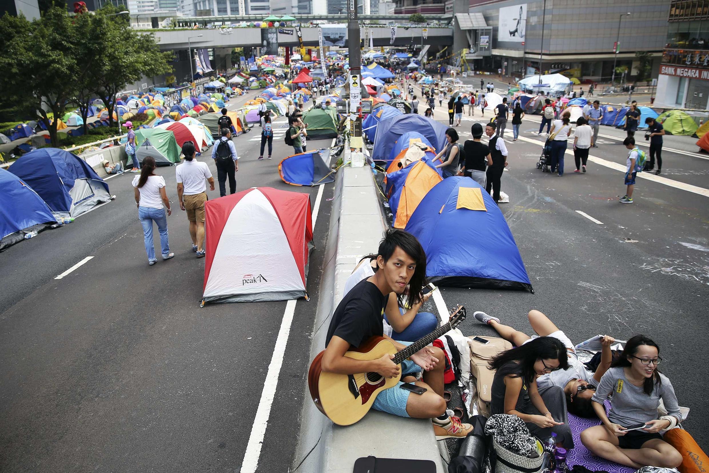 Người biểu tình đòi dân chủ chiếm đóng khu tài chính Hồng Kông, 02/11/2014.