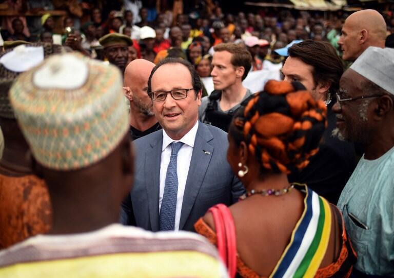 François Hollande dans le quartier KM5 de Bangui, le 13 mai 2016.