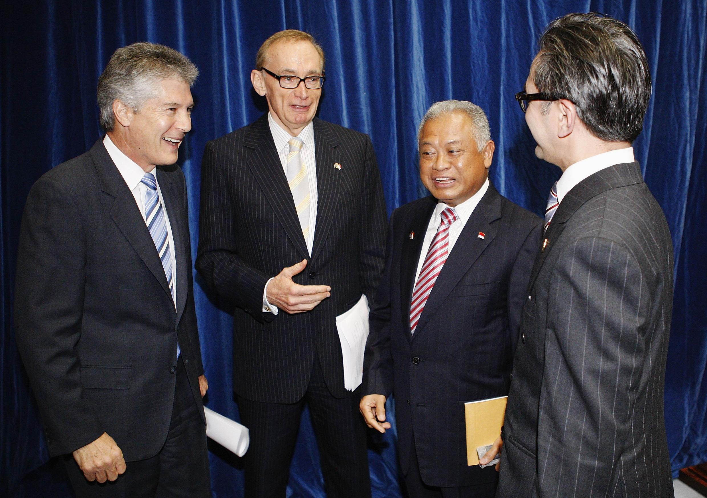 Bộ trưởng Quốc phòng Úc Stephen Smith (trái) và ngoại trưởng Úc Bob Carr (thứ hai trái) nói chuyện với Bộ trưởng Quốc phòng Indonesia Purnomo Yusgiantoro (thứ hai phải) và  ngoại trưởng Marty Natalegawa.