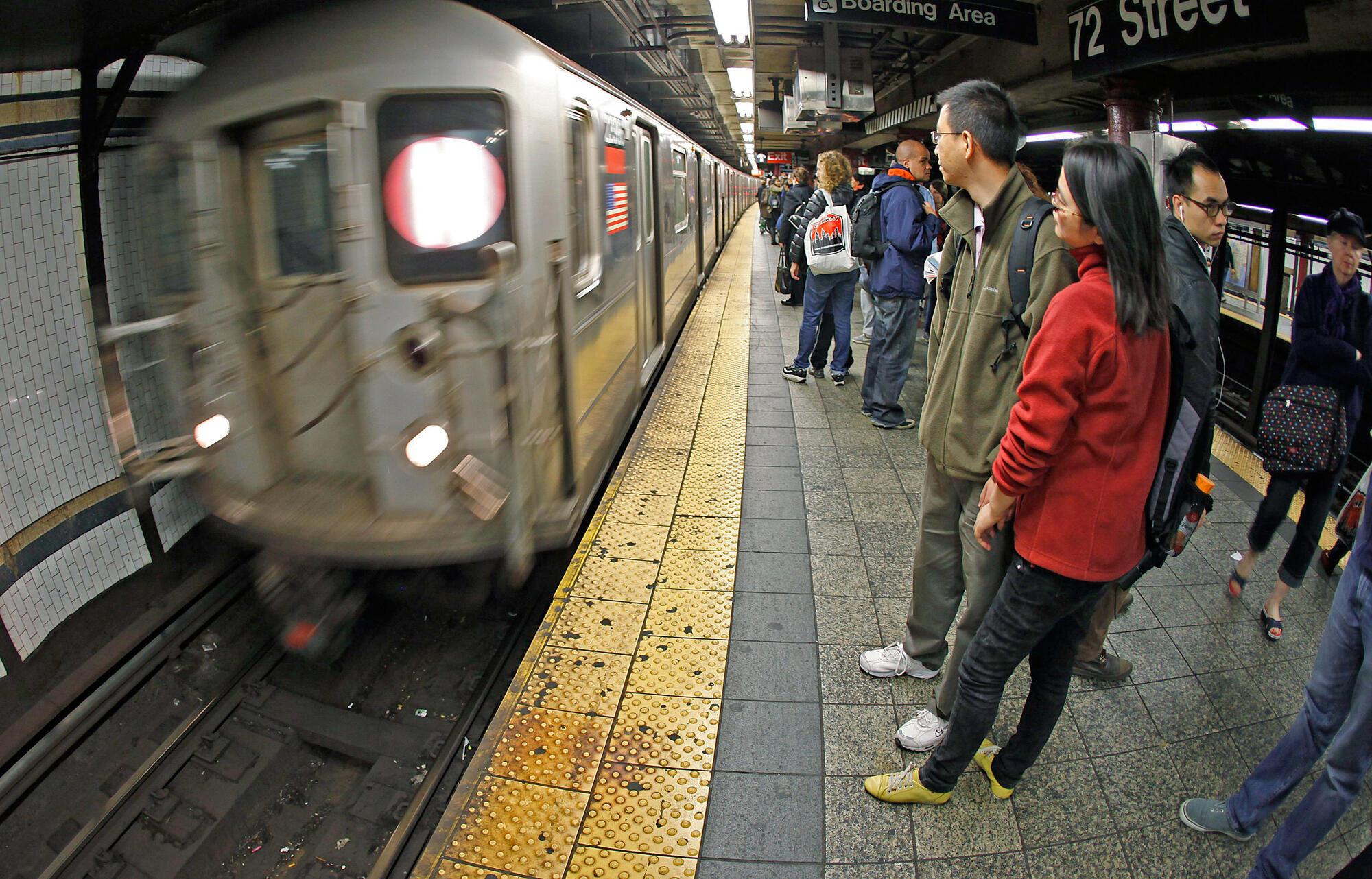 Một chuyến xe điện ngầm sau nửa đêm tại New York