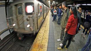 Cerca de 6 milhões de pessoas zanzam todos os dias pelas mais de 400 estações de metrô espalhadas por Manhattan, Brooklyn, Queens e Bronx.