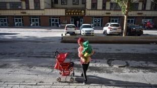 Femme dans une rue d'Aksu, une ville de la région du Xinjiang, 11 septembre 2019.
