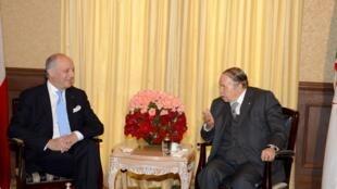En Algérie, Laurent Fabius, le ministre français des Affaires étrangères, a rencontré le président Abdelaziz Bouteflika, le 12 mai 2015.