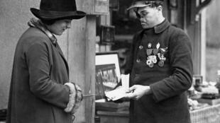 """Photo prise le 11 novembre 1927 d'un """"gueule cassee"""", le gardien défiguré du site de Rethondes dans la forêt de Compiègne, dans le nord de la France."""