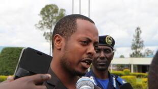 Kizito Mihigo mbele ya vyombo vya habari, mjini Kgali Aprili 15 mwaka 2014, siku moja baada ya tangazo la kukamatwa kwake kutolewa.