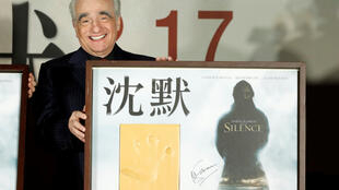 """Martin Scorsese na estreia a 19 de Janeiro em Taiwan de """"Silêncio"""" com a sua pegada (as filmagens foram realizadas em Taiwan)."""