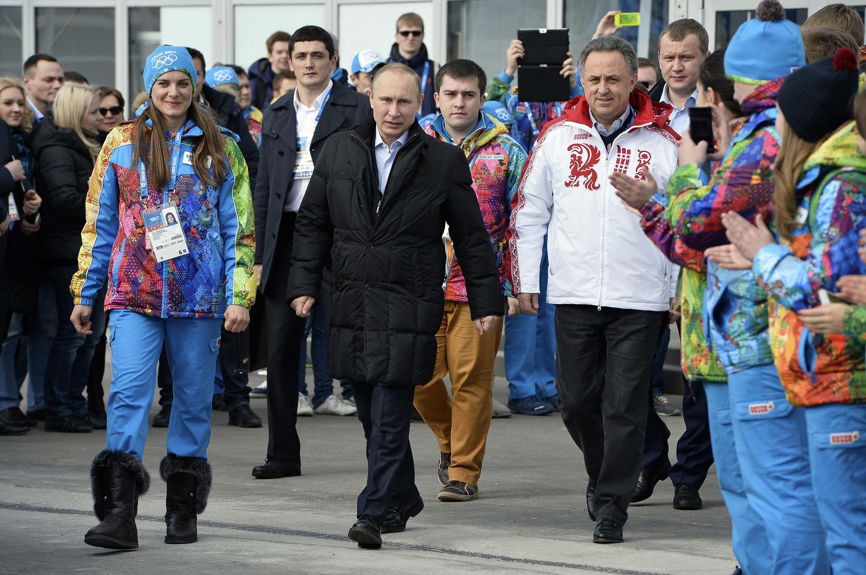 Vladimir Putin junto a Elena Isinbaeva, la alcaldesa de la villa olímpica y Vitaly Mutko, el ministro ruso del Turismo y de los Deportes.