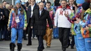 O presidente russo Vladimir Putin visita  a vila olímpica de Sochi.