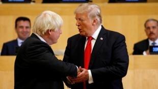 Le président américain Donald Trump serre la main de Boris Johnson (g.), alors ministre des Affaires étrangères du Royaume-Uni, lors d'une séance sur la réforme des Nations unies au siège de l'ONU à New York, le 18 septembre 2017.