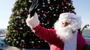 Le père Noël, prêt pour la distribution de cadeaux aux enfants du monde entier.
