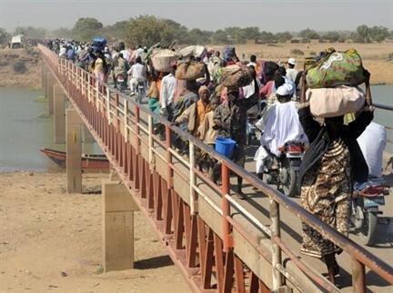 Février 2008 frontière du Cameroun. Après l'attaque des rebelles, les habitants de Ndjamena rentrent chez eux.