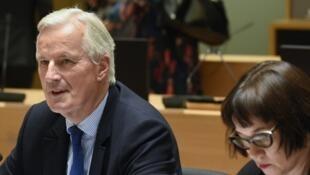 Michel Barnier (au centre) et Sabine Weyand (à droite).