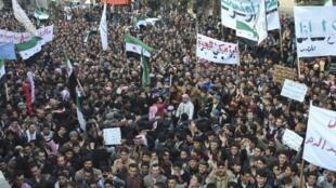 Protesto contra o presidente Bashar Al-Assad em foto desta terça-feira, em Jerjenaz.