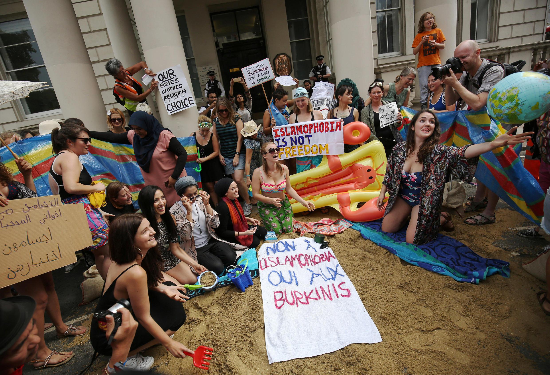 Manifestantes protestaram contra a probição do burquíni em frente à embaixada da França em Londres.