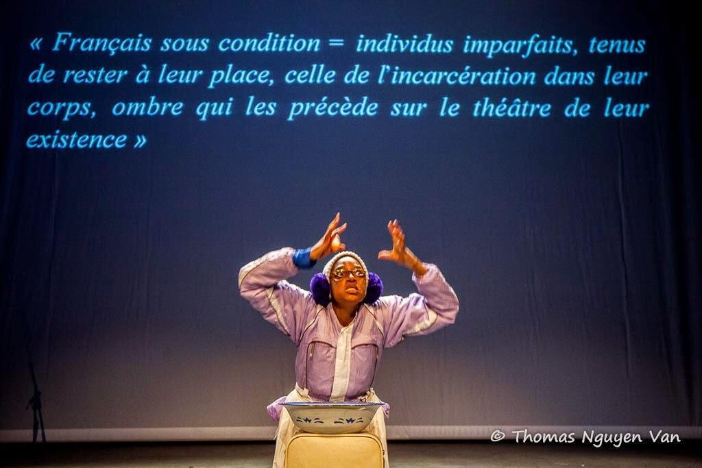 Christelle Evita, comédienne et dramaturge, lors d'une représentation de sa pièce «Mais je ne suis pas Noire!» le 18 juin à Paris.
