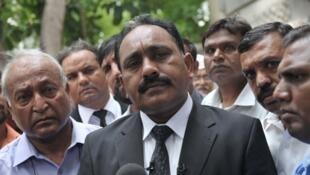 Tahir Naveed Chaudhry, l'avocat de la jeune Rimsha, devant la presse après une audience au tribunal, le 28 août 2012 à Islamabad.