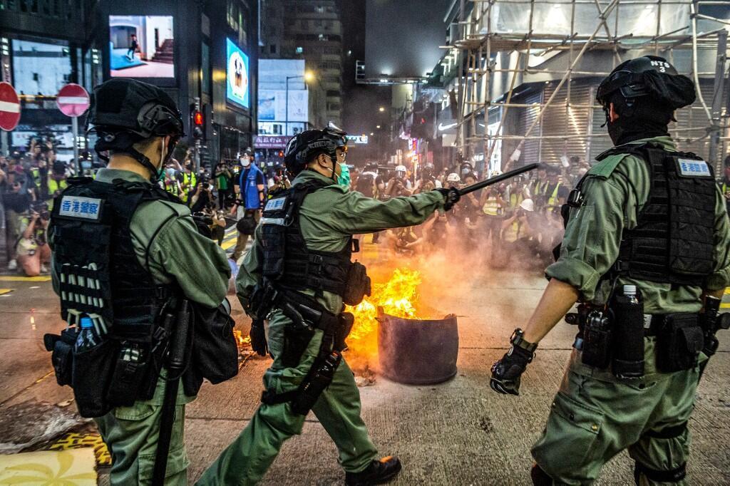 پلیس ضدشورش در مقابله با تظاهرکنندگان در هنگکونگ