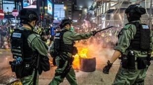 Des policiers hong-kongais tentent de contenir des manifestants pro-démocratie, à Hong Kong le 27 mai.
